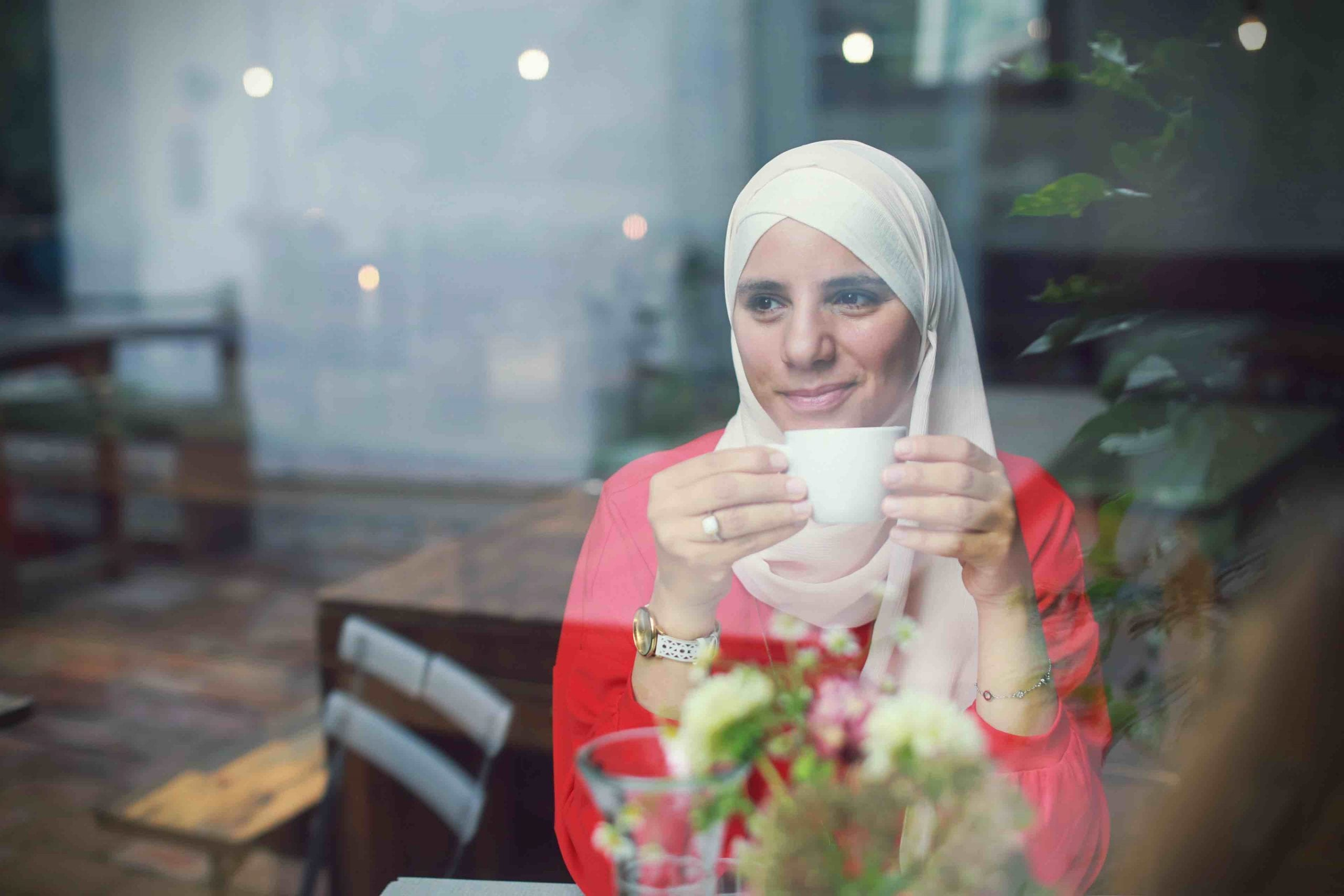 Amani Abuzahra im Cafe beim Interview