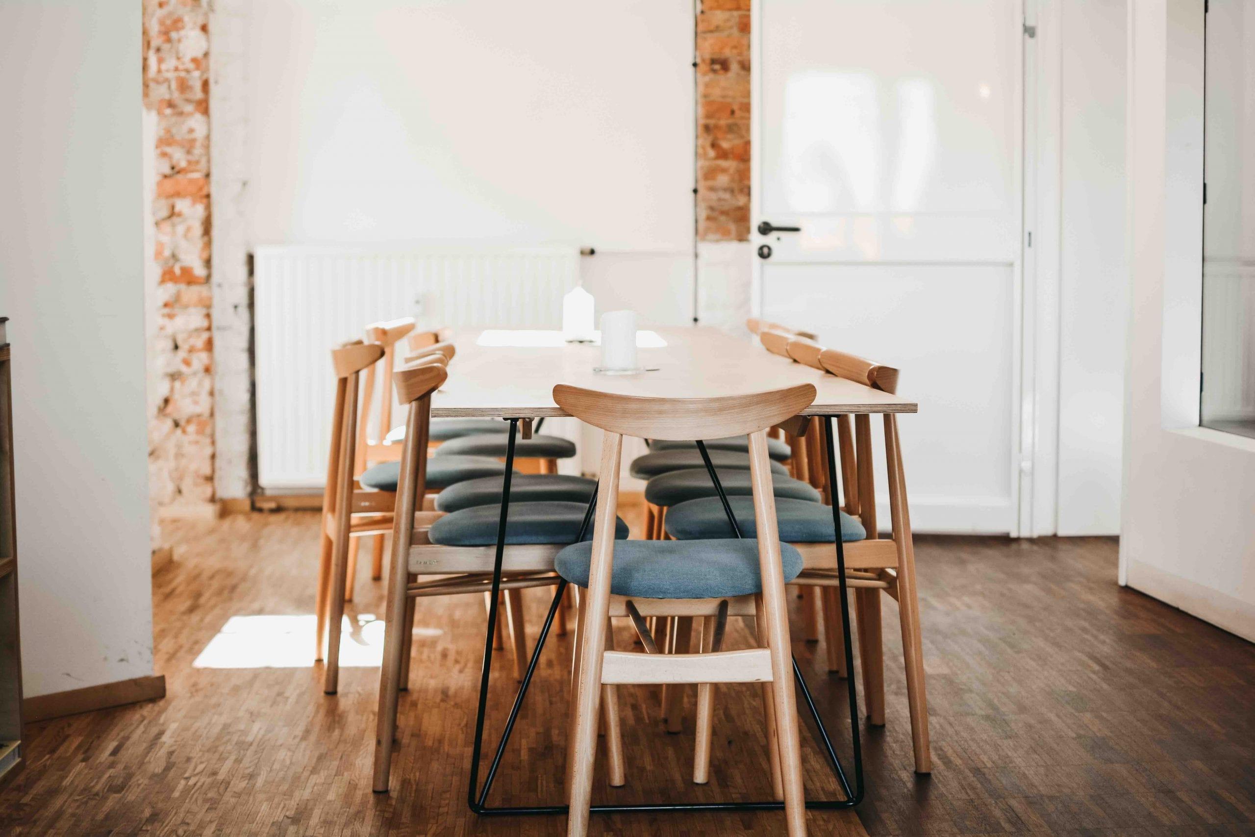 Heller Meetingraum mit Holzstühlen