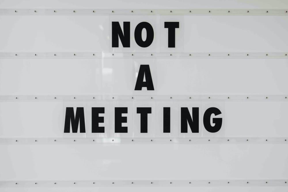 Schwarz weißes Statement zum Thema Meetingregeln