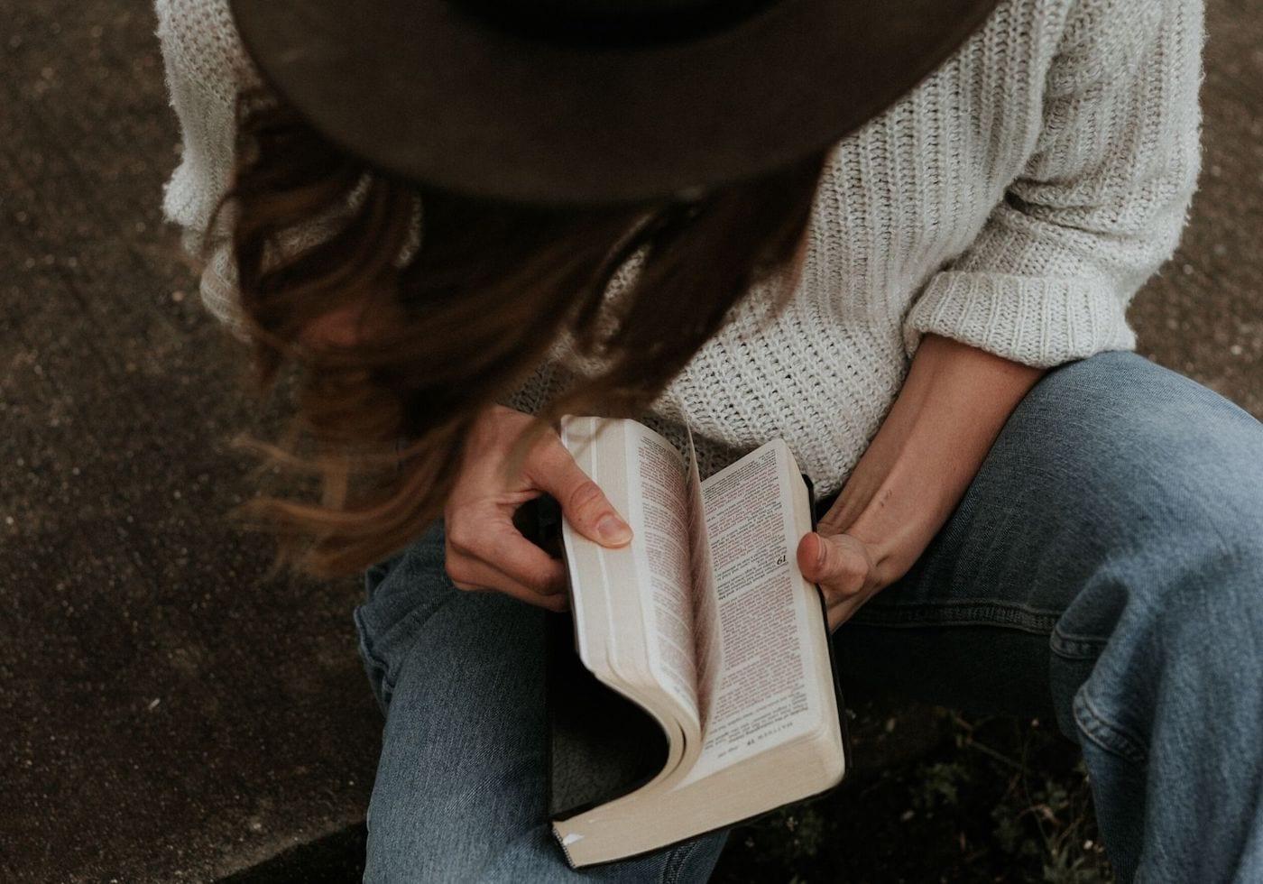 Frau mit Buch zum Thema Lebensvision finden