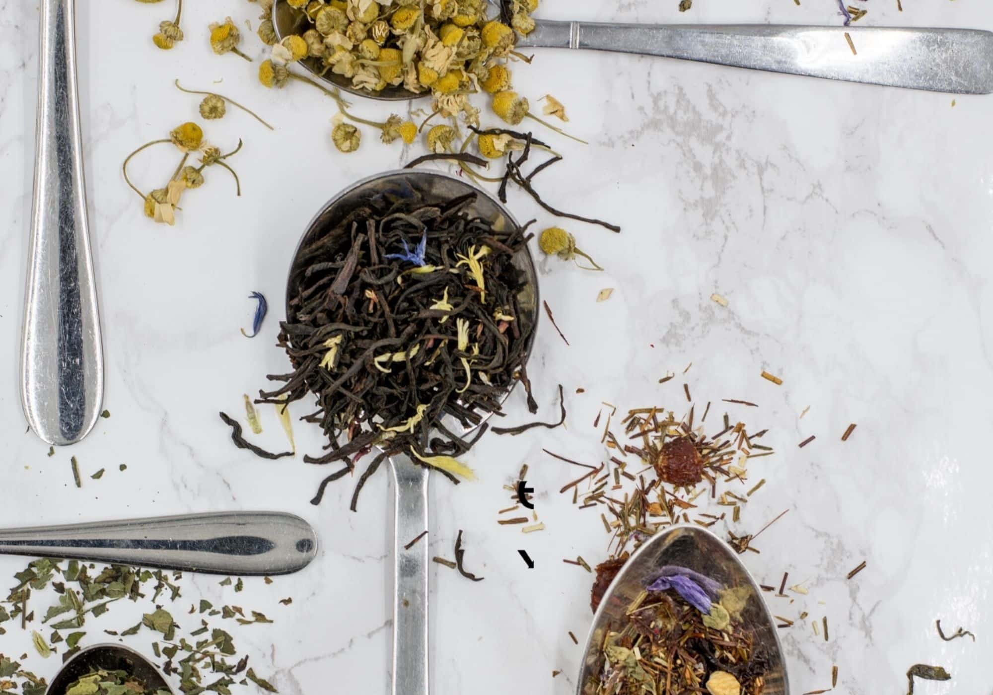 Teesorten auf Löffeln als Geschenkidee fürs Büro