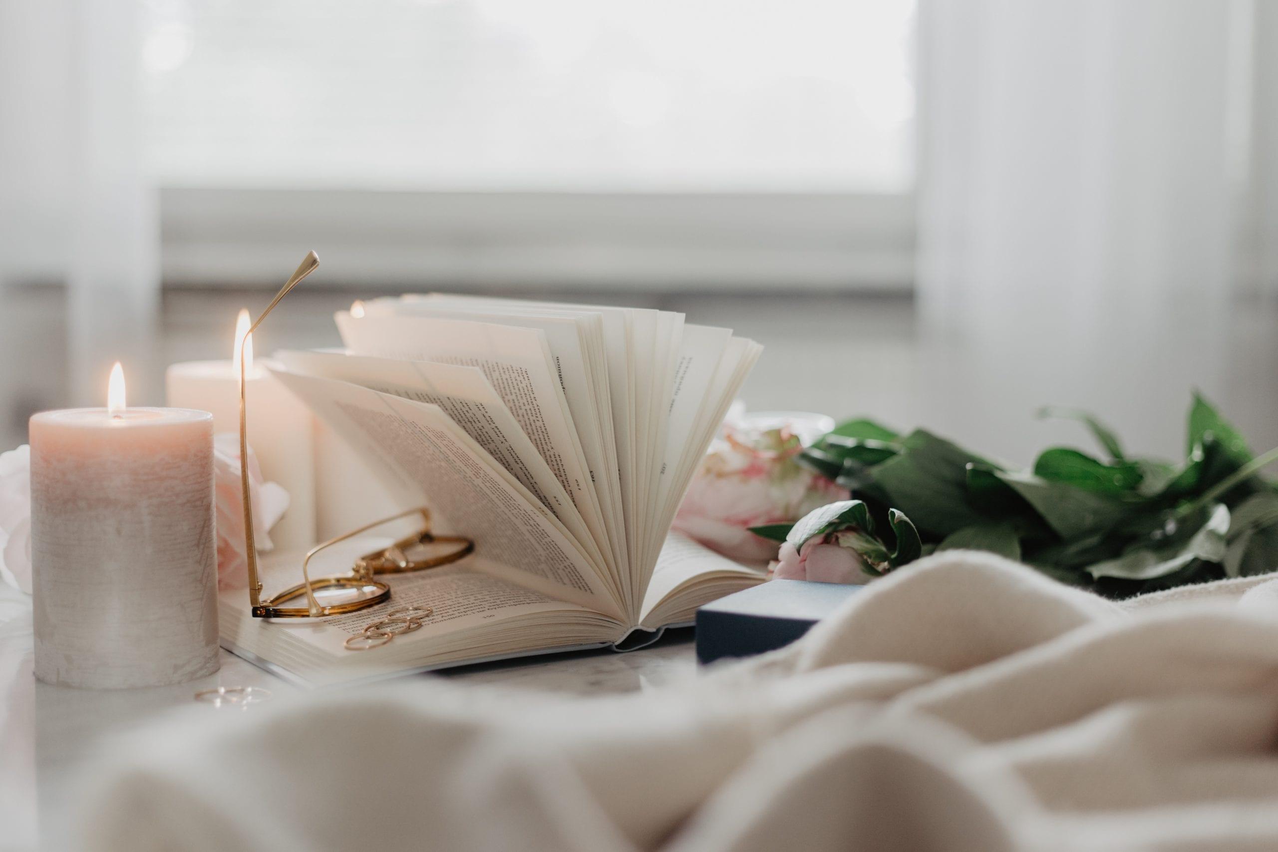Buch bei Kerzenschein in der Raunacht am Ende des Jahres