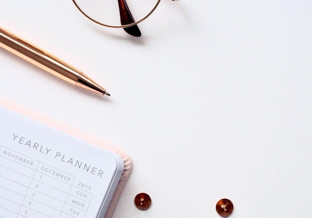 Jahresplaner auf dem Schreibtisch für das Einhalten der guten Vorsätze