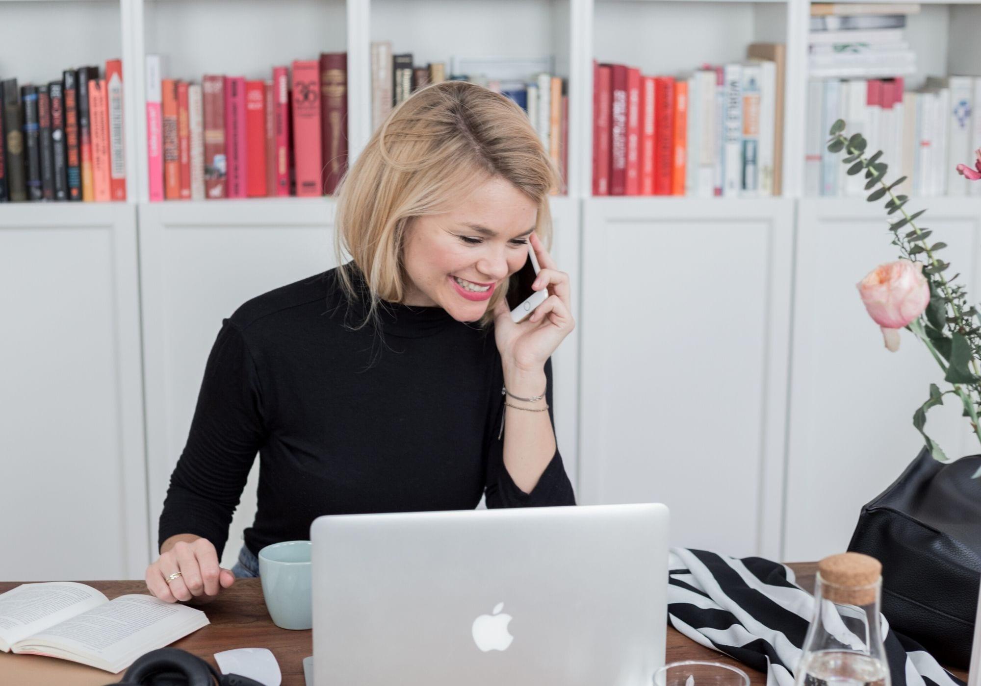 Vera Marie Strauch am Schreibtisch zum Thema Mentor finden