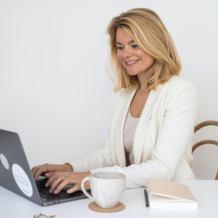 Vera Strauch am Laptop